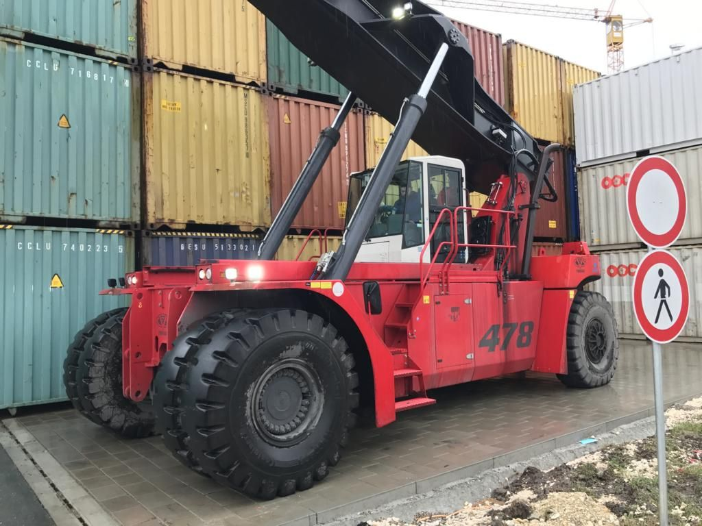 CVS Ferrari-F478-Vollcontainer Reachstacker www.hinrichs-forklifts.com