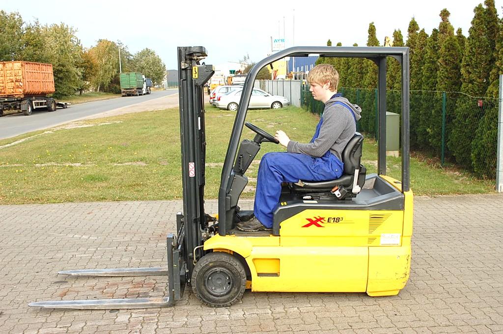 OM XE18/3 Elektro 3 Rad-Stapler www.hinrichs-forklifts.com