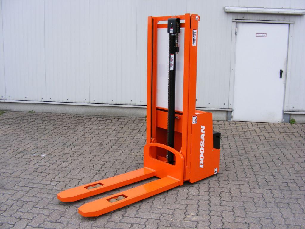 Doosan-LEDS 12.5 C-Hochhubwagen-http://www.mengel-gabelstapler.com