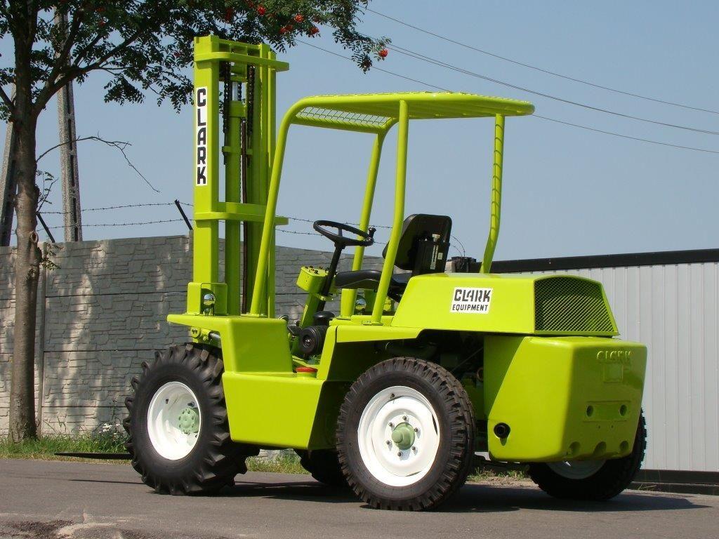 Clark-IT40-Geländestapler-http://www.sago-online.com