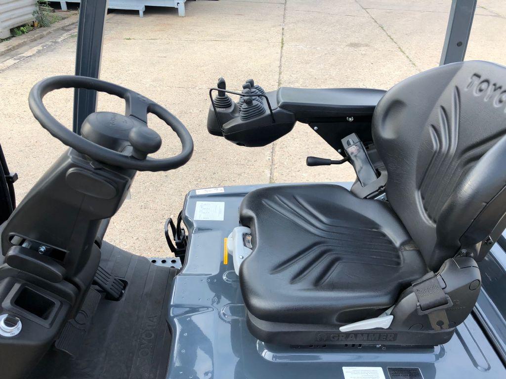 Toyota-8FBEK18T-Elektro 3 Rad-Stapler-http://www.anders-gabelstapler.de