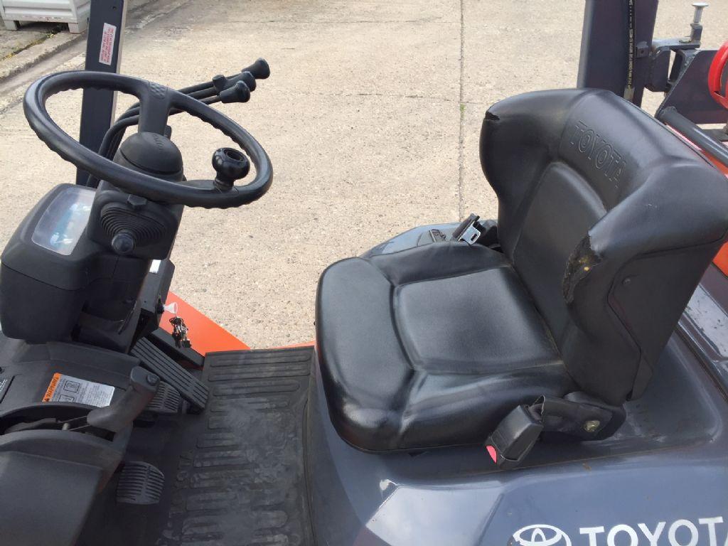 Toyota-7FGCU30-Treibgasstapler-http://www.anders-gabelstapler.de