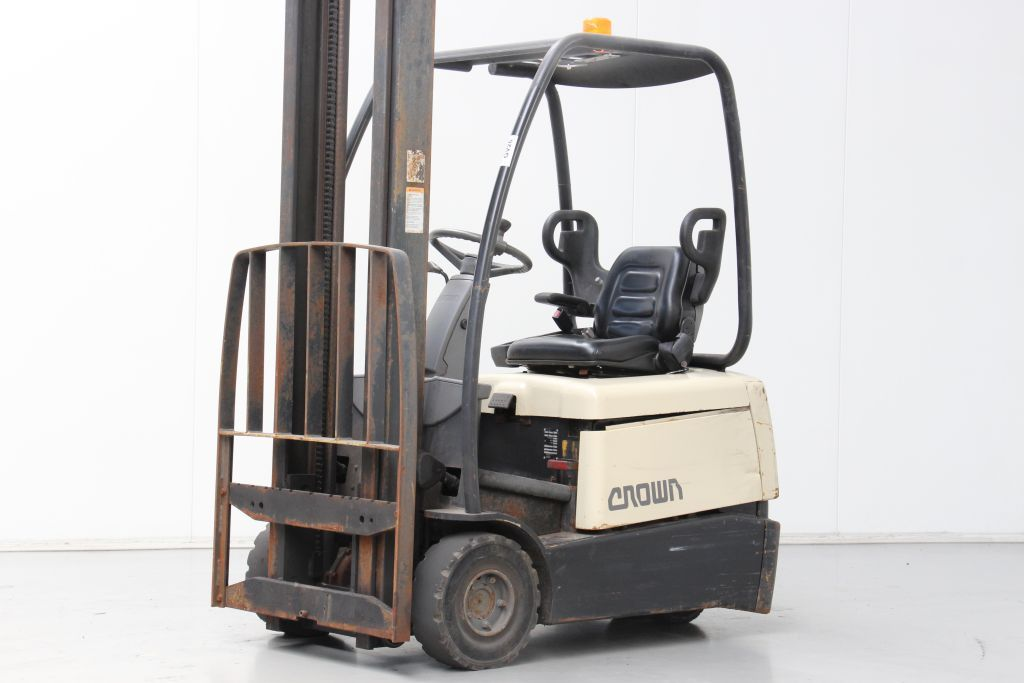 Crown SC3013 Electric 3-wheel forklift www.bsforklifts.com