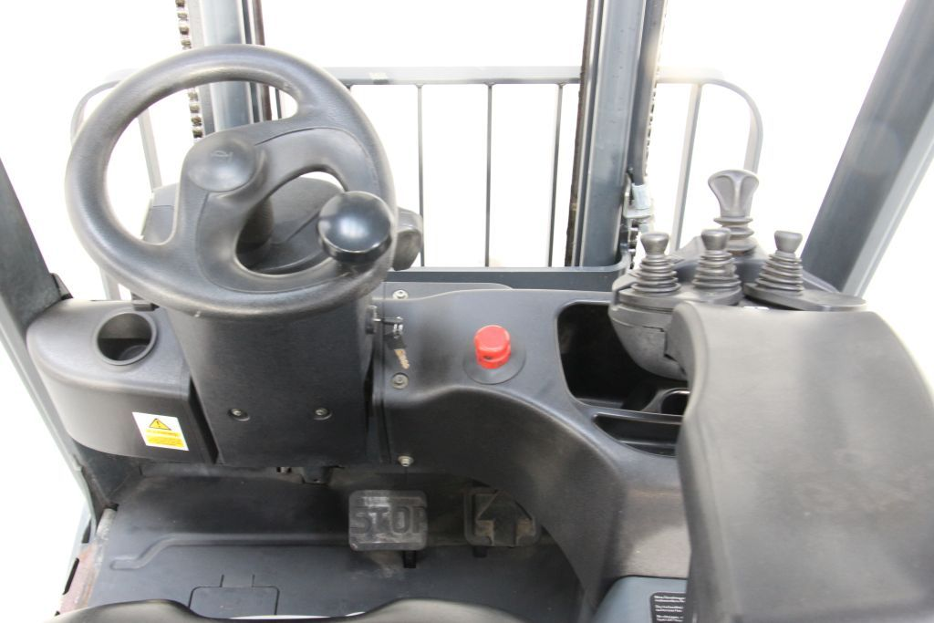 Linde E12-01 Electric 3-wheel forklift http://www.bsforklifts.com