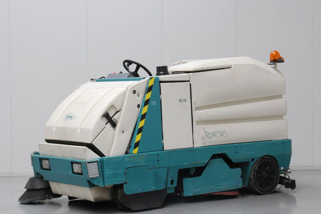 Tennant 8300 scrubber/dryers www.bsforklifts.com