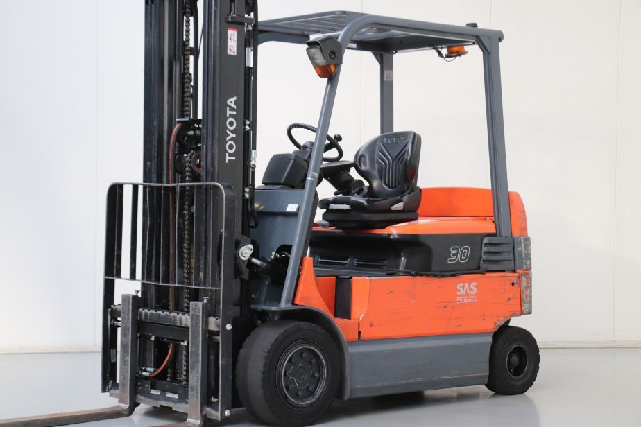 Toyota 7FBMF30 Electric 4-wheel forklift www.bsforklifts.com