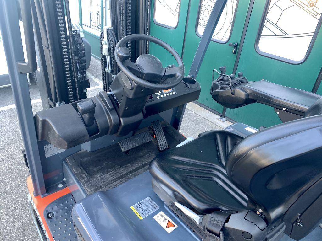 Toyota 8FBMKT25 Elektro 4 Rad-Stapler www.cemiat.com