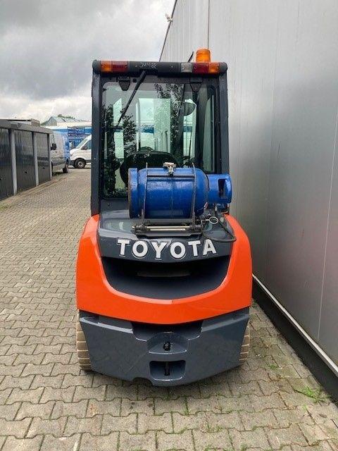 Toyota-02-8FGF30-Treibgasstapler-www.eundw.com
