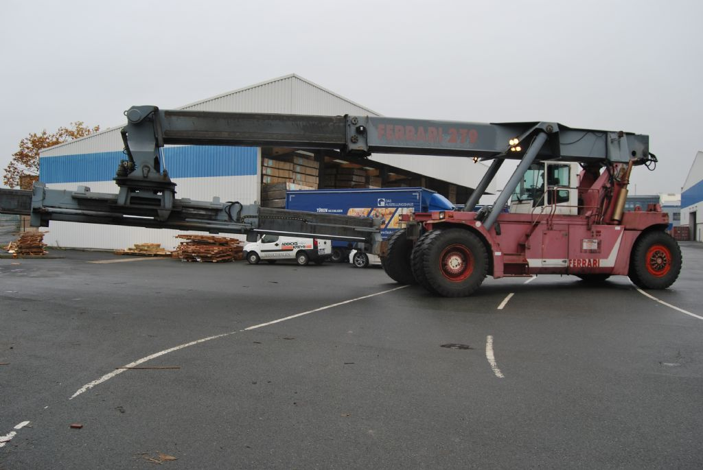 CVS Ferrari F279.5 Full-container reach stacker www.hinrichs-forklifts.com