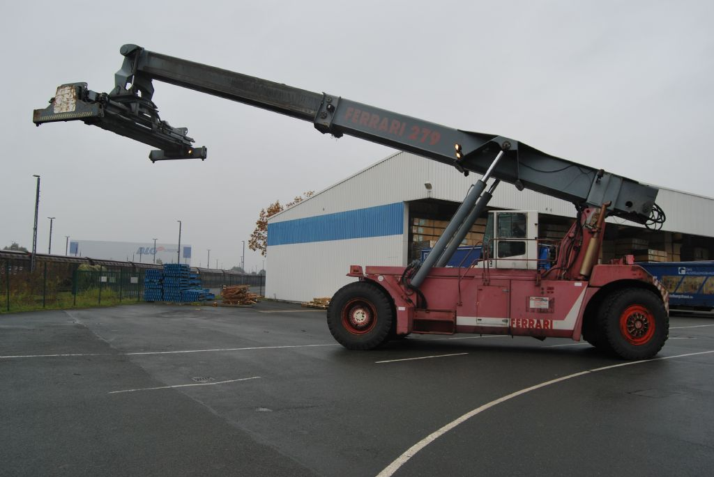CVS Ferrari F279.5 Full-container reach stacker