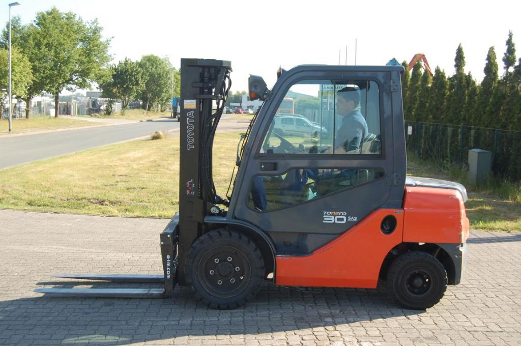 Toyota 02-8FDF30 Diesel Forklift www.hinrichs-forklifts.com