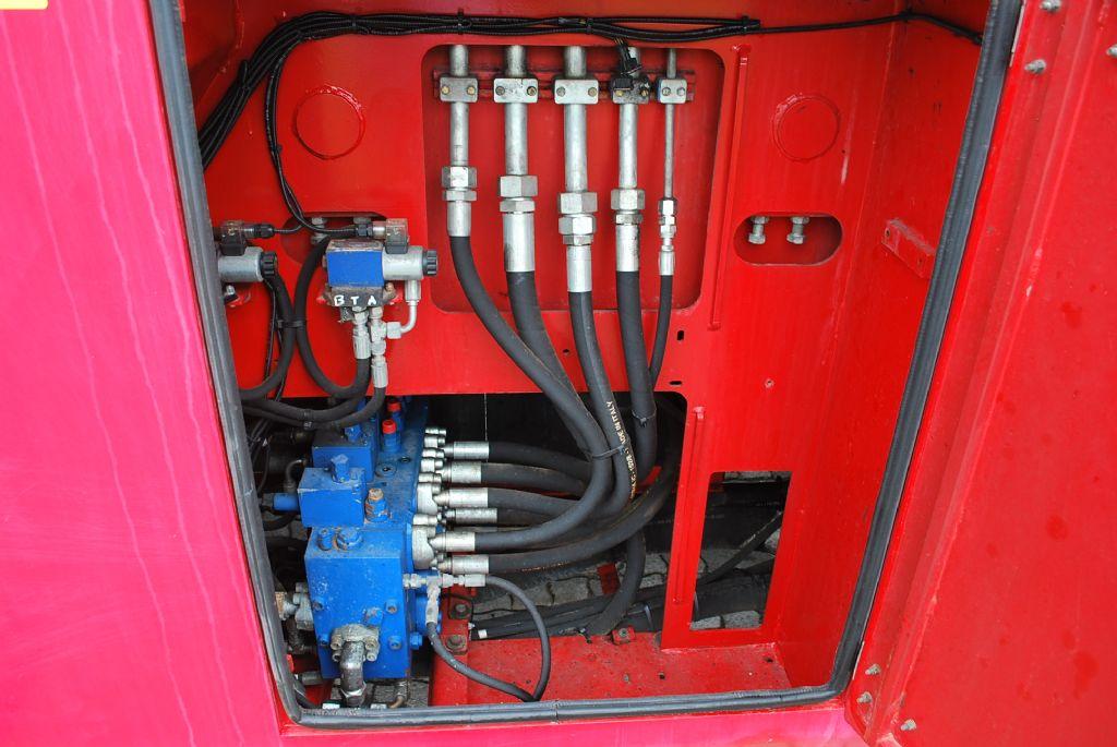 CVS Ferrari F479.5 Full-container reach stacker