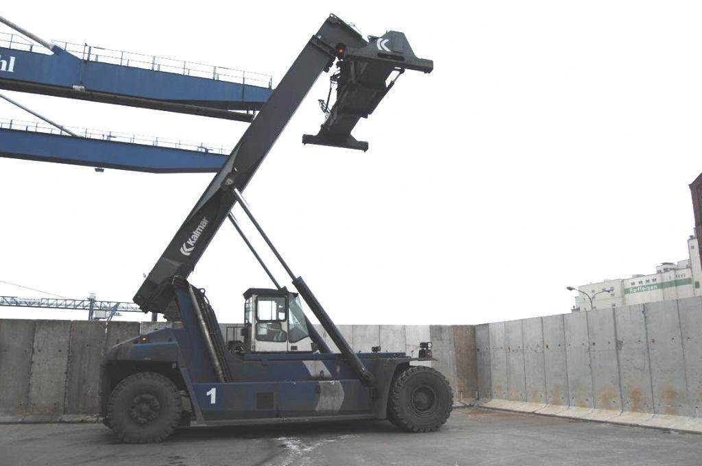 Kalmar DRF450-65S5 Full-container reach stacker