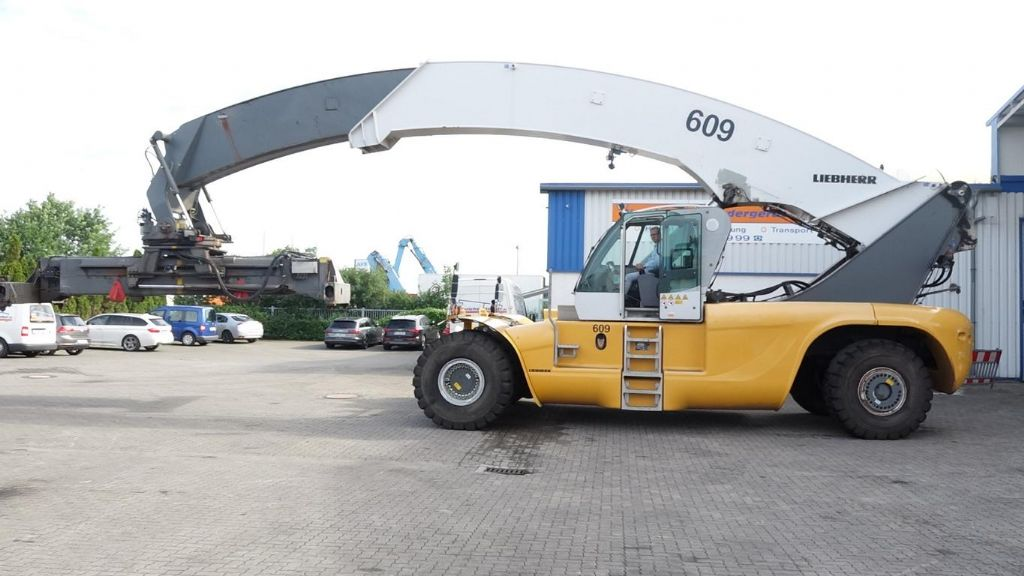 Liebherr LRS645 Full-container reach stacker www.hinrichs-forklifts.com