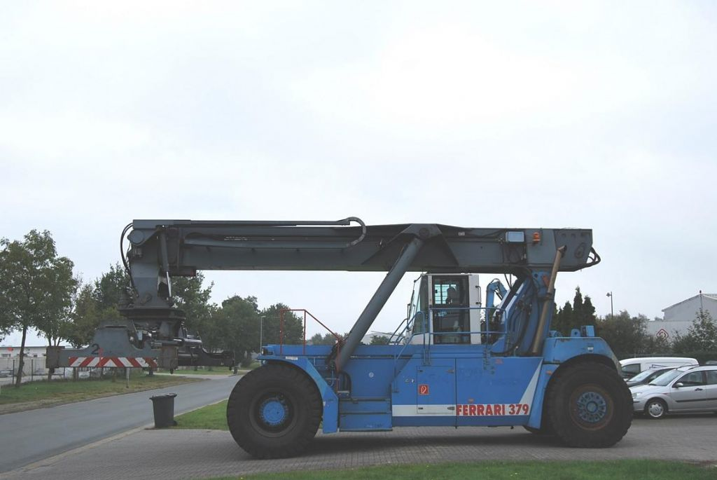 CVS Ferrari F379.5 Full-container reach stacker www.hinrichs-forklifts.com