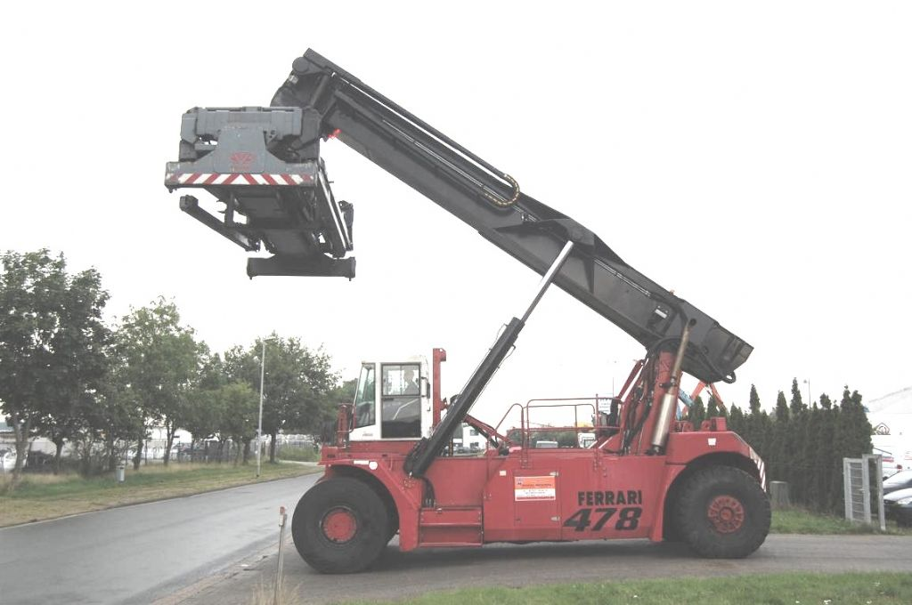 CVS Ferrari F478.5PB Full-container reach stacker