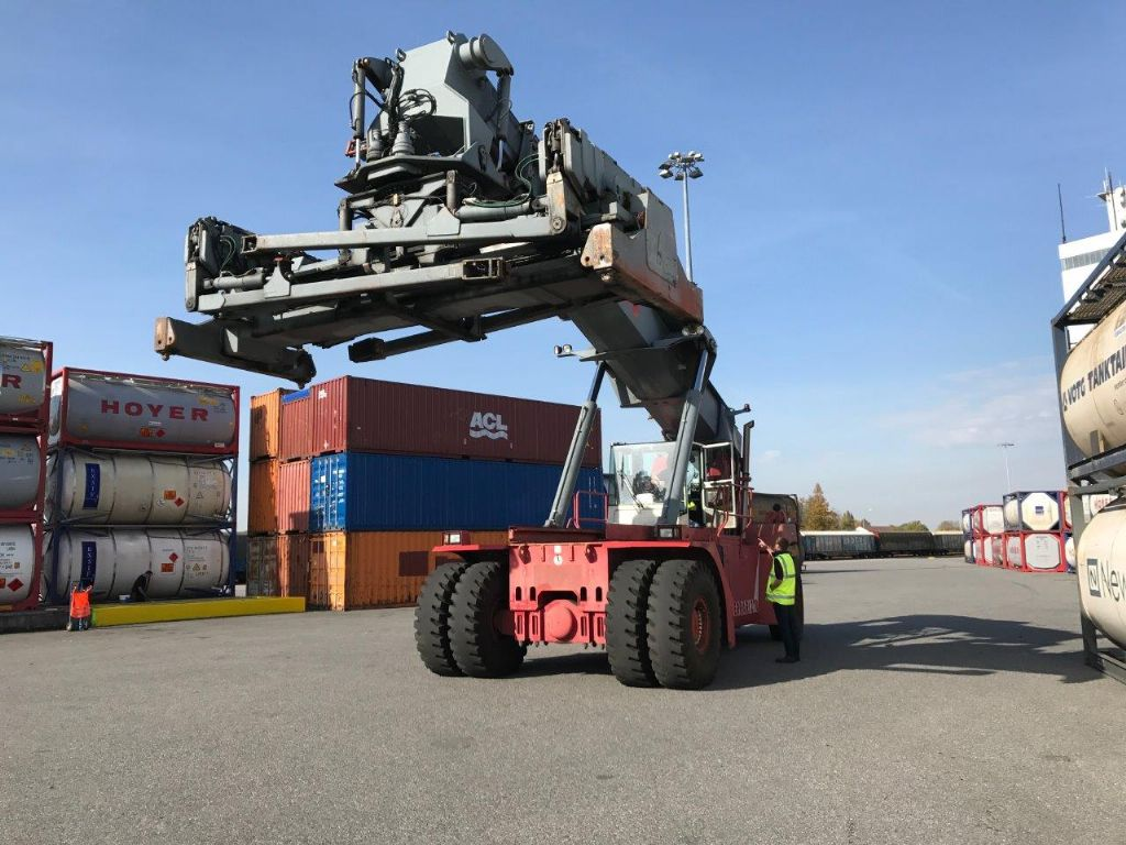 CVS Ferrari F278.5PB Full-container reach stacker