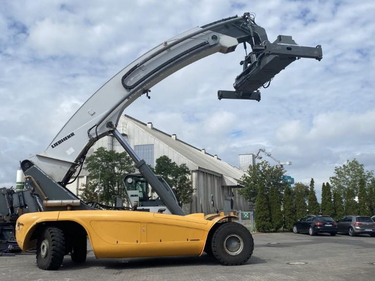Liebherr-LRS645-Vollcontainer Reachstacker
