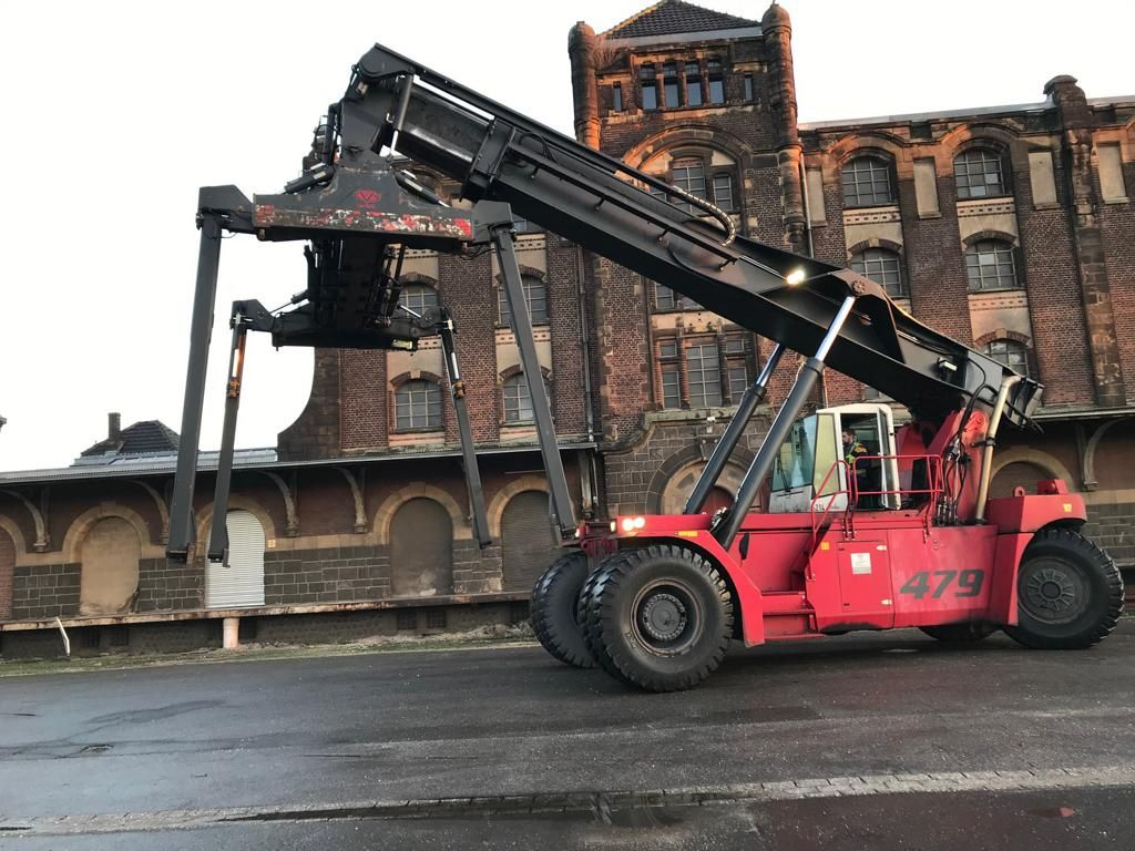 CVS Ferrari F479.6PB Full-container reach stacker www.hinrichs-forklifts.com