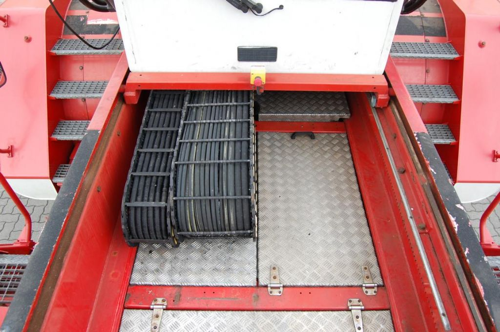 CVS Ferrari F198 Full-container reach stacker