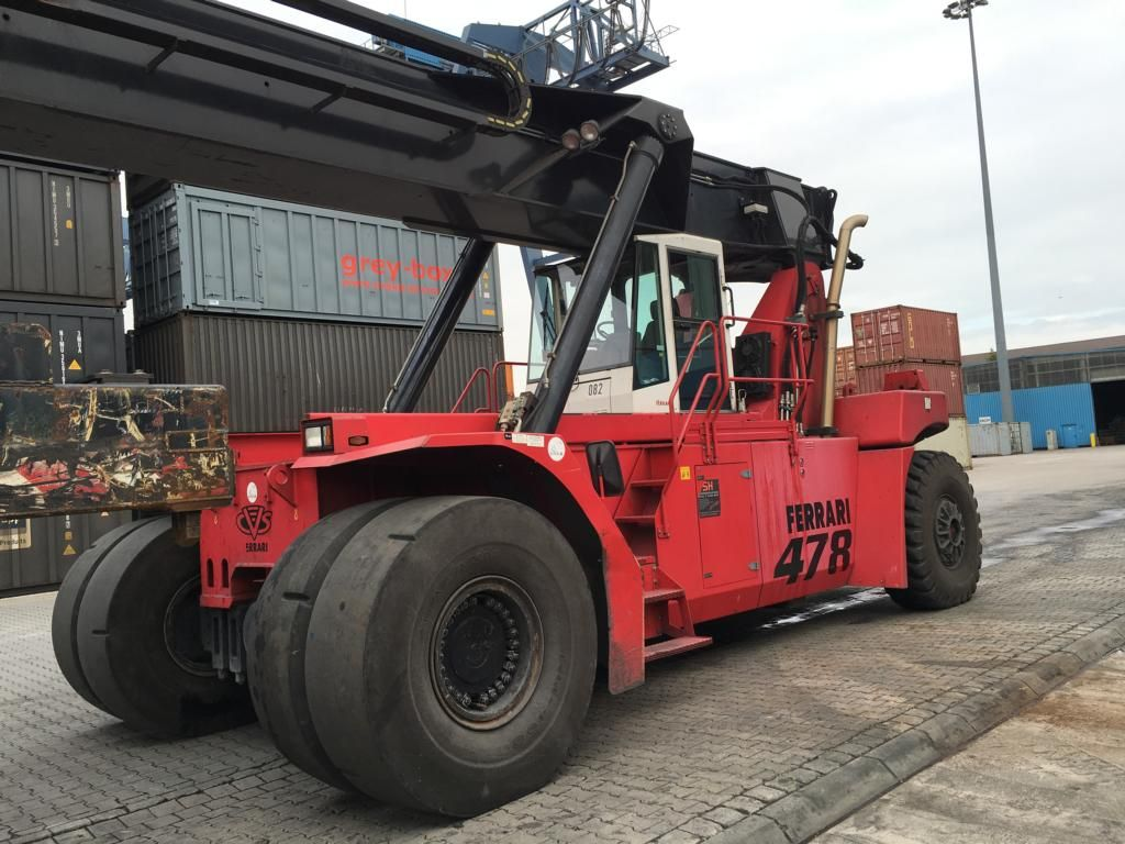 CVS Ferrari F478.5 Full-container reach stacker