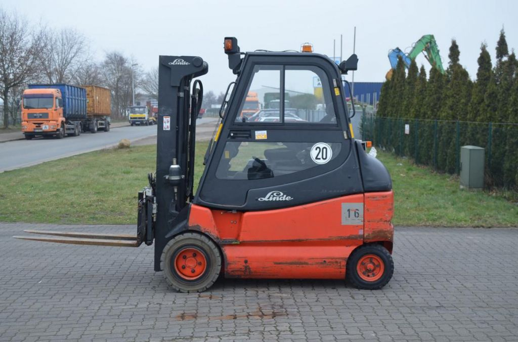 Linde E30-600-02 Electric 4-wheel forklift