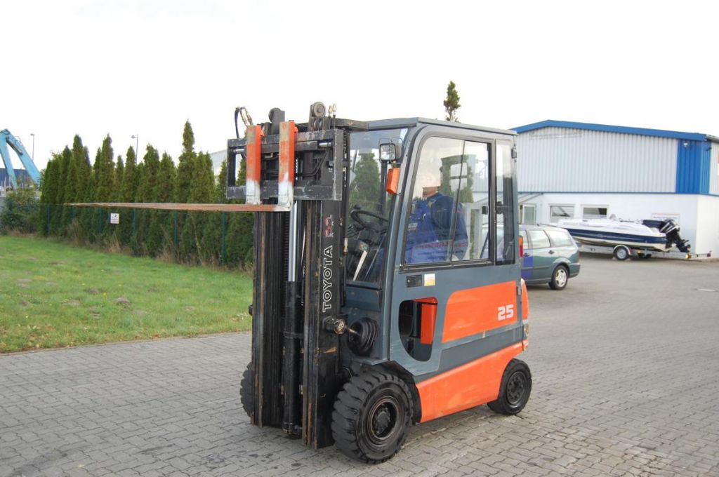 Toyota FBMF25 Electric 4-wheel forklift www.hinrichs-forklifts.com