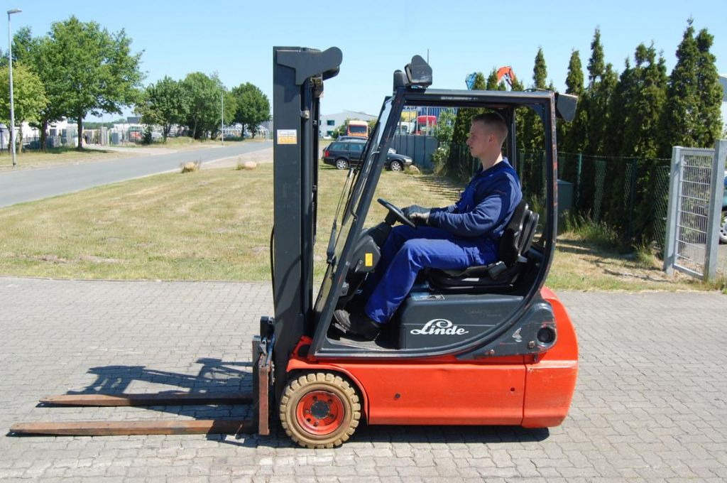 Linde E16C-02 Elettrico 3 ruote www.hinrichs-forklifts.com