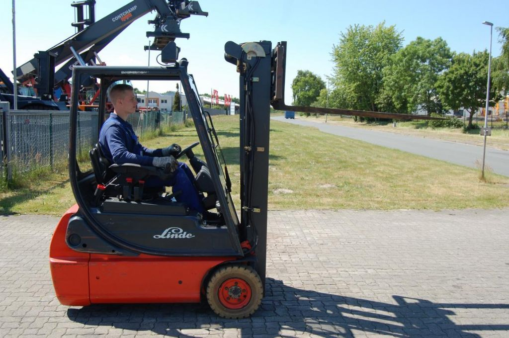 Linde E16C-02 Electric 3-wheel forklift