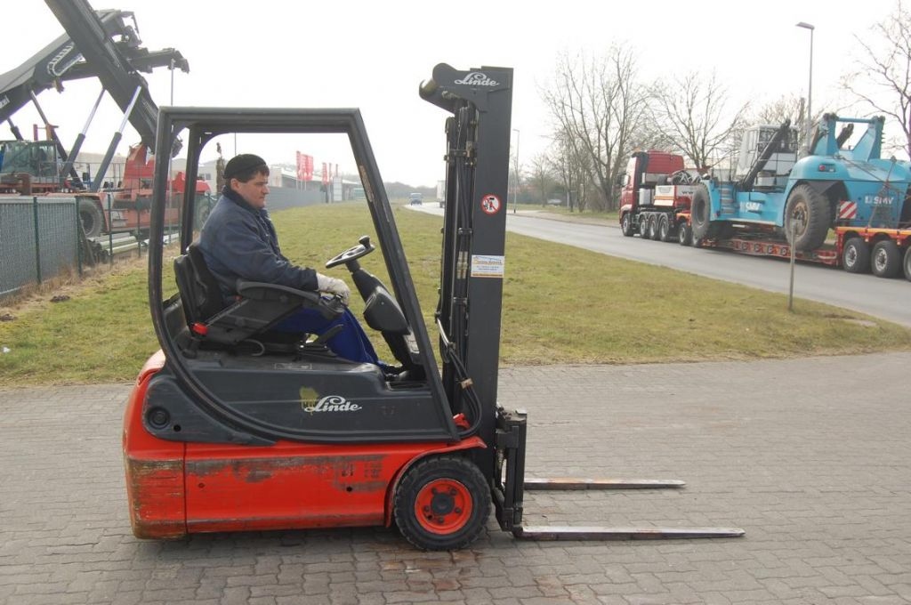 Linde E14-02 Elettrico 3 ruote www.hinrichs-forklifts.com