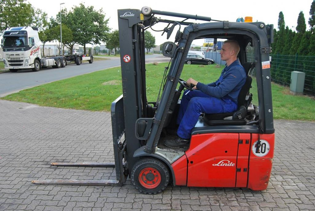 Linde E14-01 Elettrico 3 ruote www.hinrichs-forklifts.com