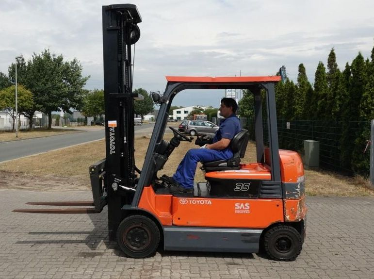 Toyota FFBMF35 Electric 4-wheel forklift www.hinrichs-forklifts.com