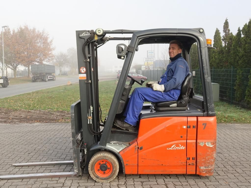 Linde E16H Elettrico 3 ruote www.hinrichs-forklifts.com