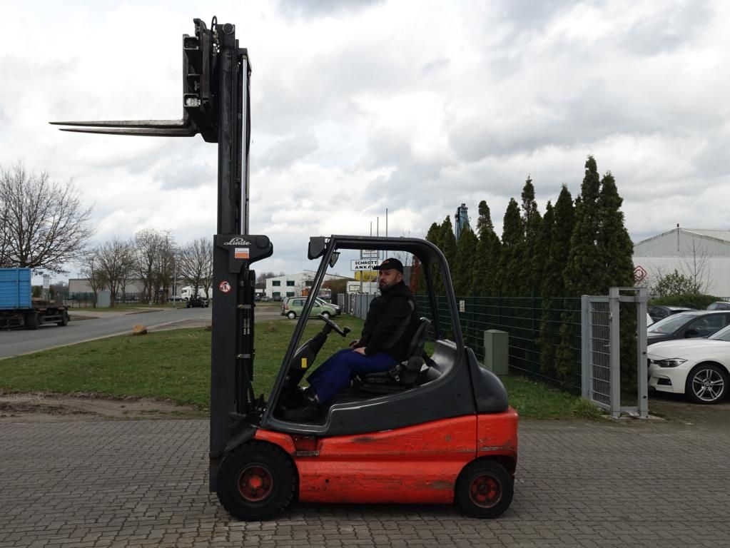 Linde E30-02 Electric 4-wheel forklift