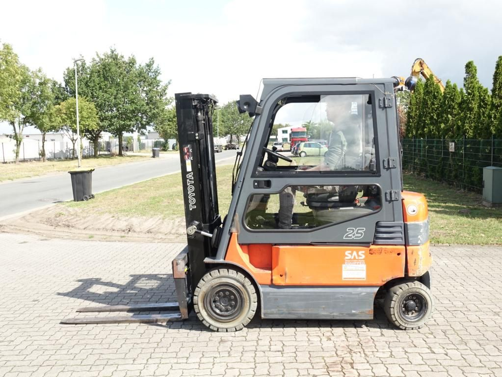 Toyota 7FBMF25 Electric 4-wheel forklift www.hinrichs-forklifts.com