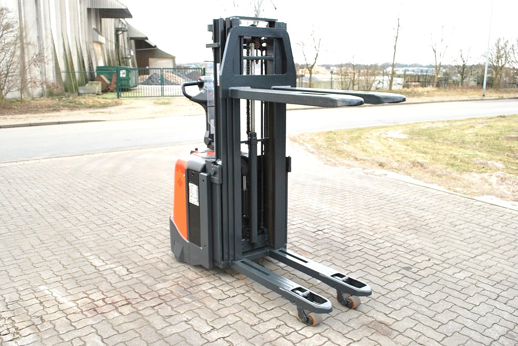 BT SPE125L High Lift stacker www.hinrichs-forklifts.com
