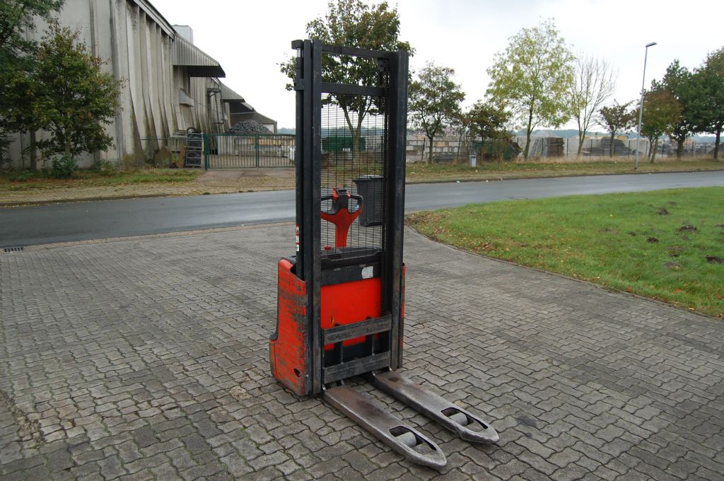 Linde L12 High Lift stacker