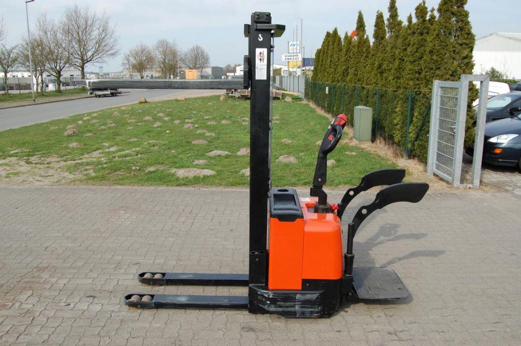 InTrac CS1232FFL Pedestrian Stacker www.hinrichs-forklifts.com
