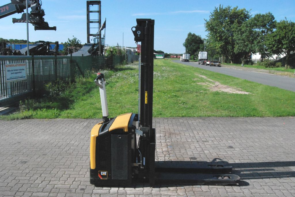 Caterpillar NSP16NI Pedestrian Stacker