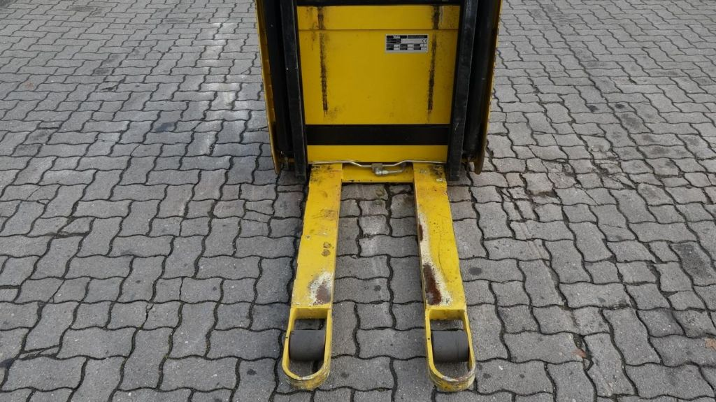 Yale MS10-28 Pedestrian Stacker