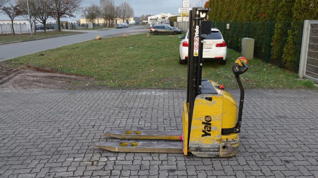 Yale MS10-28 Pedestrian Stacker www.hinrichs-forklifts.com