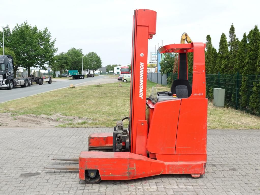 Jungheinrich ETVQ25 Four-way side loader www.hinrichs-forklifts.com