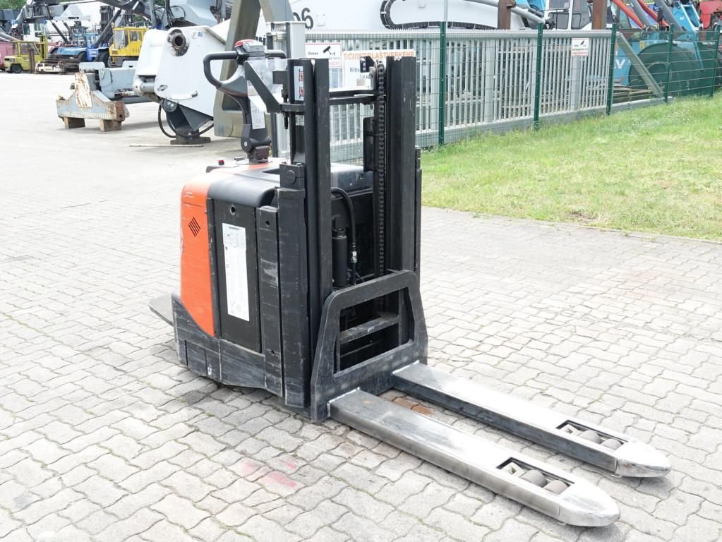 BT SPE200D High Lift stacker