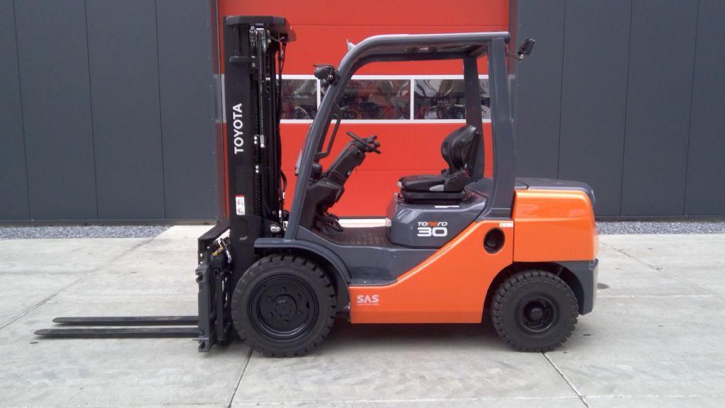 Toyota-02-8FDF30-Dieselstapler-www.holthuis-gabelstapler.de
