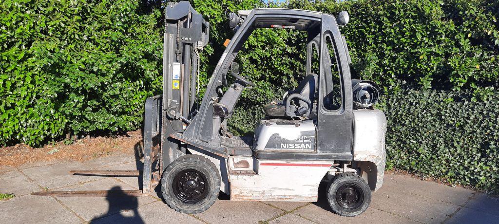 Nissan-UD02A25PQ-Treibgasstapler-www.holthuis-gabelstapler.de