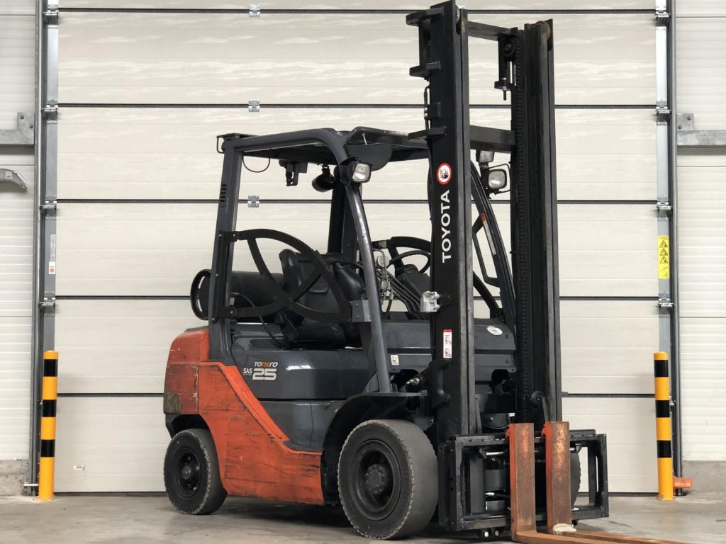 Toyota-02-8FGF25-Treibgasstapler www.lifthandling.com