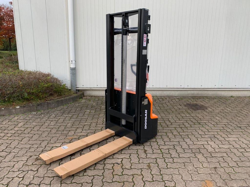 Doosan LSM 12 N-7 / Neu High Lift stacker www.mengel-gabelstapler.de