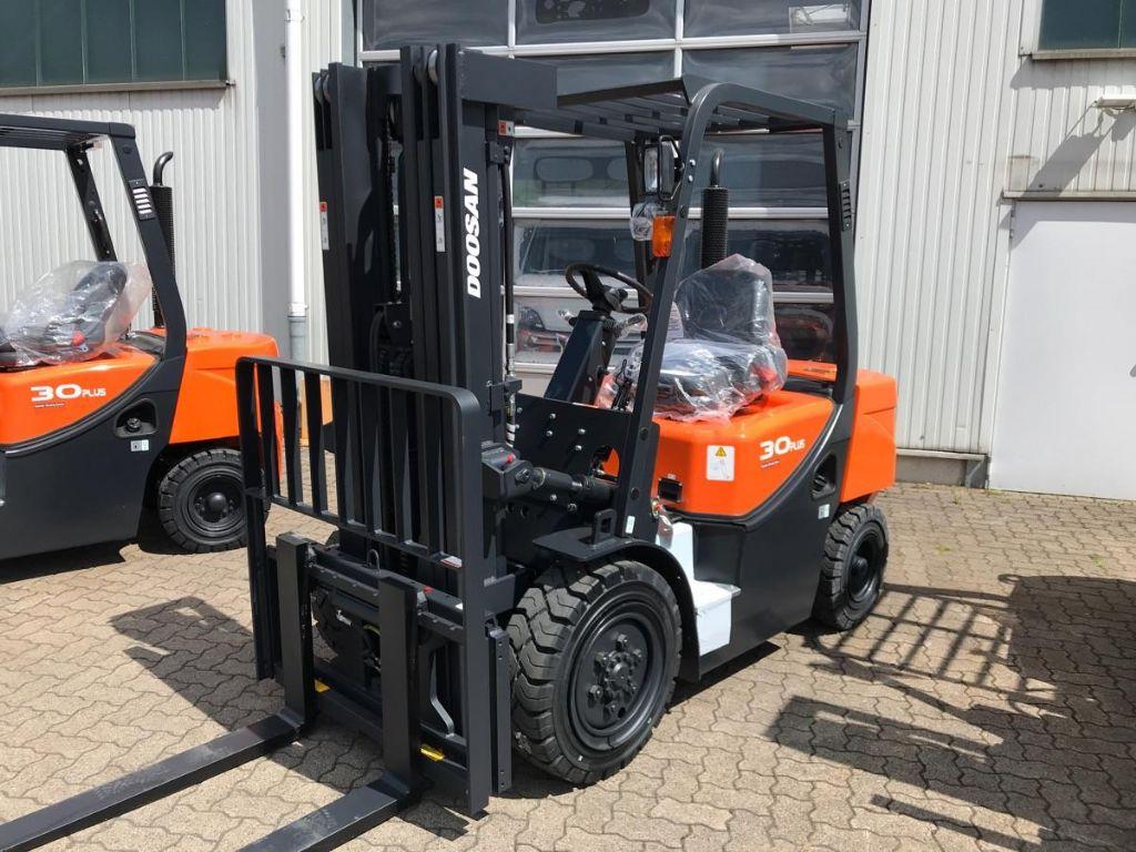 Doosan-D 30 GX Plus -Diesel Forklift-www.mengel-gabelstapler.com