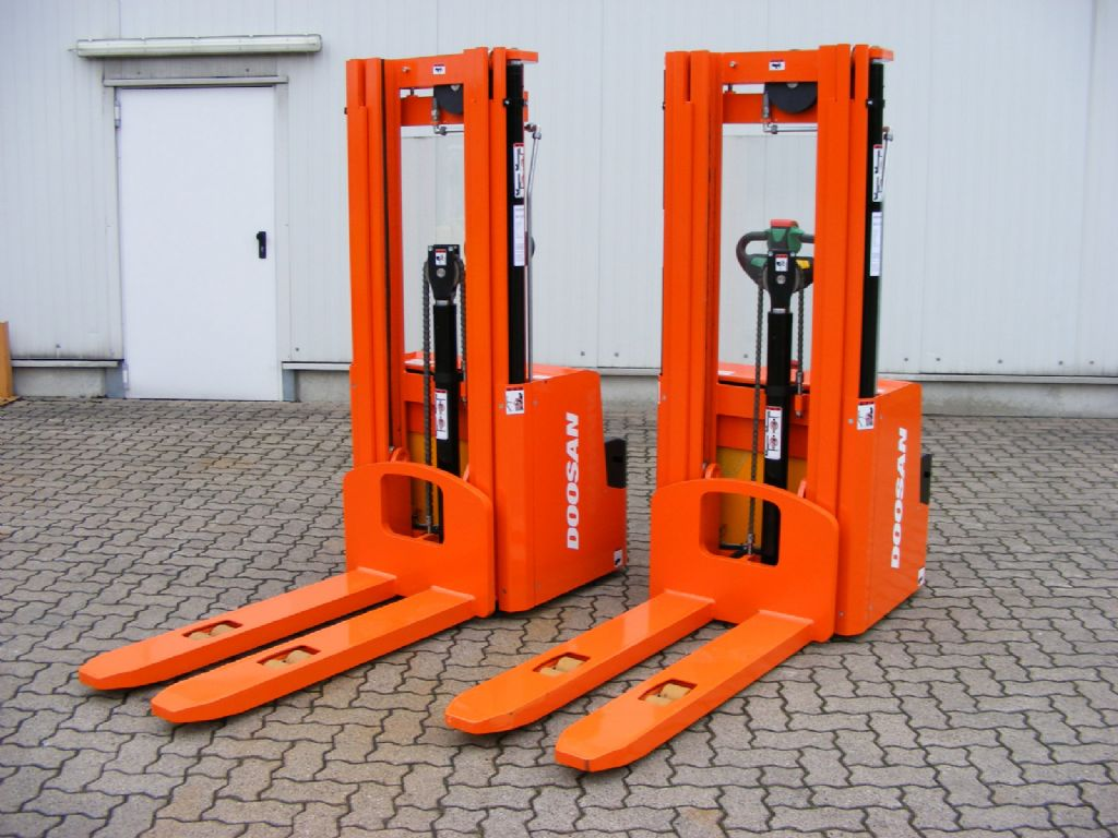 Doosan-DOOSAN LEDS 16-Pedestrian Stacker-www.mengel-gabelstapler.com