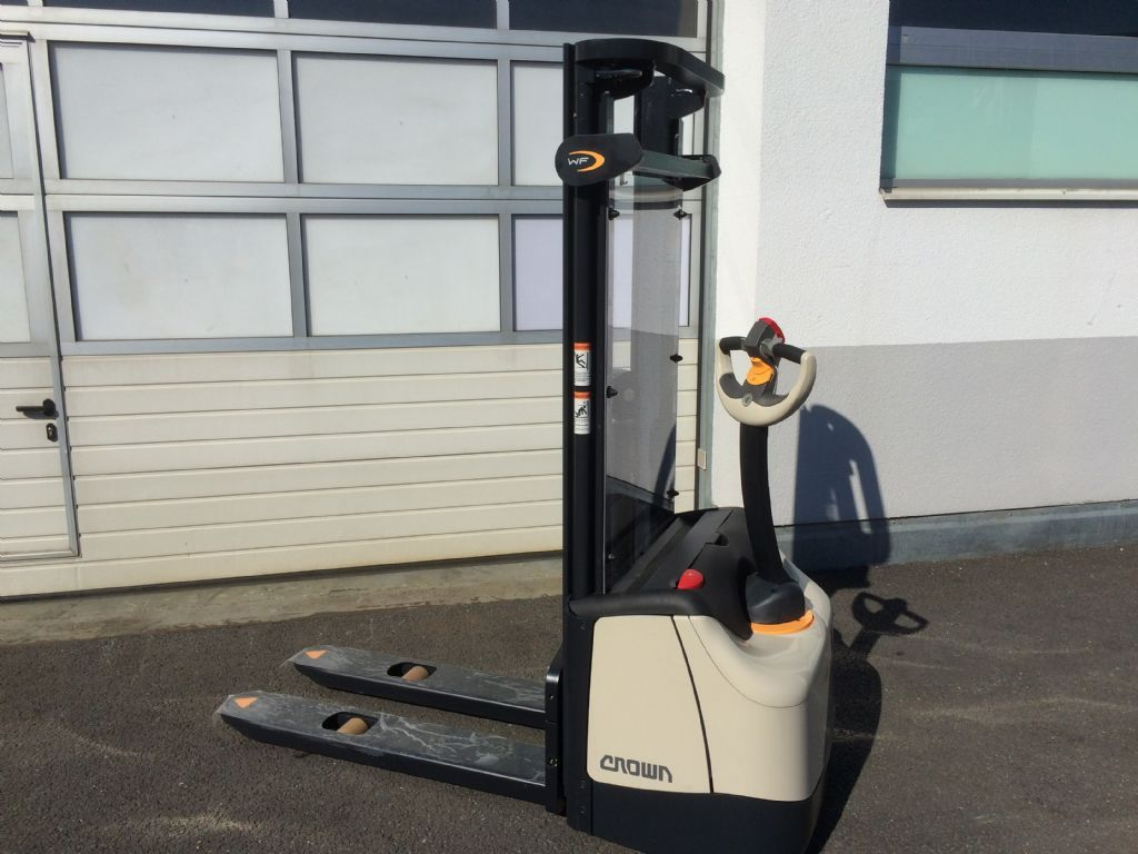 Crown WF 3000 1.0 NT High Lift stacker www.staplertechnik.at